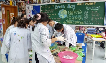 students in lab during earth day event at TH school